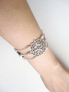 Bracelet pour mariage style retro perles swarovsky avec rosaces ciselées métal argenté : Bracelet par les-bijoux-d-aki