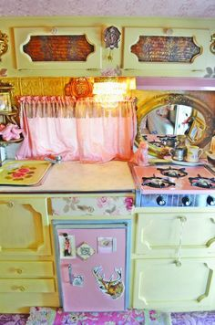 10' trailer most likely :) me wanna.  Looks like a real frig vs icebox.  Love the 'ample' counter space!