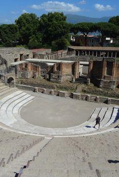 Toen as en aarde omhoog werden gebracht - Theater van Pompeï.