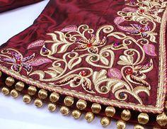 Rouge à la main des motifs de broderie couture perles strass robe de mariée (…