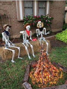24 Cool DIY Halloween Projects Will Give Your Guests A Fright - ‣ a u t u m m - halloween crafts Diy Halloween Projects, Casa Halloween, Homemade Halloween Decorations, Halloween Party Decor, Holidays Halloween, Happy Halloween, Creepy Halloween, Halloween Yard Ideas, Outdoor Halloween Lights