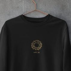 Harry Styles Sweatshirt, Harry Styles Merch, Aesthetic T Shirts, Aesthetic Clothes, One Direction Merch, Diy Fashion Projects, Casual Outfits, Cute Outfits, Love Store