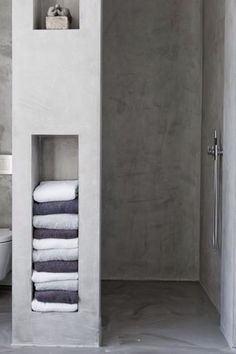 Vak voor handdoeken, kaarsje en binnenkant shampoo. Natuurlijke look.