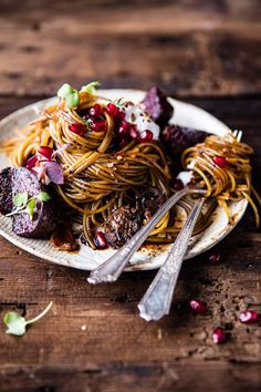 Sweet Schupfnudeln with poppy seed butter and port wine plums - trickytine - You have to try this balsamic pasta! You can now find out how easy it is to cook them ELLE. Goat Cheese Pasta, Vegetarian Recipes, Cooking Recipes, Sweet Potato Noodles, Half Baked Harvest, Pasta Dishes, Casserole Recipes, Italian Recipes, Food And Drink