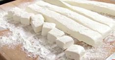 How to Make Your Own Dreamy, Fluffy Marshmallows - Homemade marshmallows are perfect to take to a campfire, a winter party or even to give as an impressive hostess gift. Fudge Brownie Pie, Oreo Cake, How To Make Marshmallows, Homemade Marshmallows, Salted Caramel Fudge, Peanut Butter Fudge, Caramel Corn, Salted Caramels, Chocolate Candy Recipes