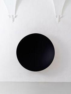 Anish Kapoor, Monochrome (Black / Cobalt Blue), Fibreglass and paint, 187 x 187 x 40 cm. Galleria Continua San Gimignano, Photo by Ela Bialkowska. Anish Kapoor, Modern Art Sculpture, Art Abstrait, Land Art, Conceptual Art, Art Object, Art Fair, Installation Art, Art Installations