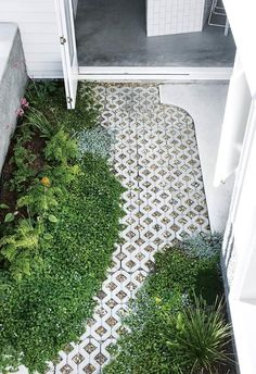 Garden courtyard with lush plants and grass pavers. Renovating with white: this Brisbane home is full of clever ideas Inside Out - August 2018 Architecture: Owen Architecture Styling: Megan Morton Photography: Cathy Schusler. Landscape Designs, Landscape Plans, Landscape Architecture, Landscape Steps, Architecture Awards, Architecture Drawings, Front Yard Landscaping, Backyard Landscaping, Landscaping Ideas