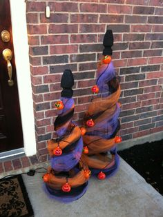 Love this idea for halloween trees made with tomato cages. Homemade Halloween Decorations, Halloween Trees, Halloween Porch, Halloween Home Decor, Outdoor Halloween, Halloween Projects, Holidays Halloween, Spooky Halloween, Halloween 2020