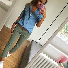 I would LOVE green pants like these! Casual Work Outfits, Mode Outfits, Work Casual, Casual Chic, Casual Looks, Fashion Outfits, Denim Casual, Fashionable Outfits, Fashion Mode