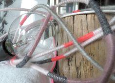 Lampe Balad'Euz Girly Lampe baladeuse à brancher avec câble électrique recouvert de laine en déclinaison de rose pâle et rose fluo, gris clair et gris anthracite. Système électrique avec embout noir pour ampoule gros culot à vis, sans interrupteur. Dimensions : longueur du câble 4,90m. Ampoule non fournie.