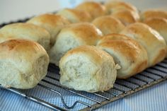 Lækre hjemmebagte hvedeknopper til de ristede varme hveder med smør er en hyggelige tradition dagen før St. Bededag - Få opskrift her