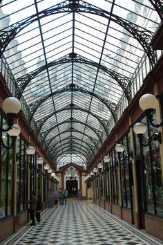 Le PASSAGE DES PRINCES est un passage couvert parisien situé dans le IIe arrondissement, reliant le 5, boulevard des Italiens, au nord-ouest, au 97 rue de Richelieu, à l'est , FRANCE, Il fut inauguré en 1860 sous le nom de Passage Mirès..........SOURCE PARISONTHEME.BLOGSPOT.FR.