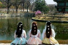 Shooting a new mv. Mode Ulzzang, Ulzzang Korean Girl, Ulzzang Couple, Seoul Korea, South Korea Photography, Friendship Photography, Korean Best Friends, Bff Girls, Best Friend Photography