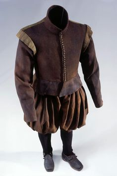Full suit of clothes of a certain Junkers Von Bodegg of the Augsburg line, 1599 - 1637. Consisting of: velvet cap, trousers and jacket in brown wool twill. Knitted woolen socks. This set is dated between 1600 and 1610.