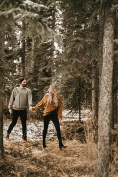 Our Hearts Are Melting Over This Adorably Cozy Winter Engagement Session - Brontë Bride Winter Couple Pictures, Winter Engagement Pictures, Engagement Photo Outfits, Winter Photos, Couple Photography Poses, Winter Photography, Engagement Photography, Engagement Session, Engagements