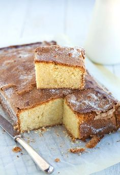 Bica Gallega is a rich, spongy cake from the Spanish region of Galicia, and is topped with a crunchy, toasted sugar crust. No Bake Desserts, Delicious Desserts, Yummy Food, Sweet Recipes, Cake Recipes, Gourmet Cakes, Spanish Dishes, Spanish Desserts, Pan Dulce