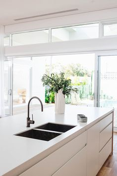 Home staging: 10 cheap tips to revamp your kitchen - My Romodel Best Kitchen Sinks, New Kitchen, Cool Kitchens, Double Kitchen Sink, Kitchen With Window, The Block Kitchen, White Kitchen Sink, Double Sink Bathroom, Open Kitchens