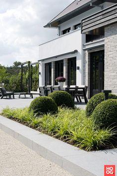 Moderne strakke tuin bij woonhuis