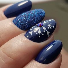 If you are getting ready for the holidays by painting a winter wonderland on your nails, these Cutest Christmas Nail Art DIY Ideas will surely give you a cheerful Christmas season this year. Cute Christmas Nails, Xmas Nails, New Year's Nails, Christmas Nail Designs, Matte Nails, Blue Nails, Acrylic Nails, Stiletto Nails, Winter Nail Art