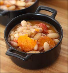 HARICOTS BLANCS à l'ancienne/Ingrédients (8 pers): 8 poignées de haricots blancs demi-secs écossés, 1 grosse tomate, 1 grosse carotte, 2 échalotes, 3 branches de thym, Huile d'olive, Sel, poivre ( voir le site pour + d'infos)