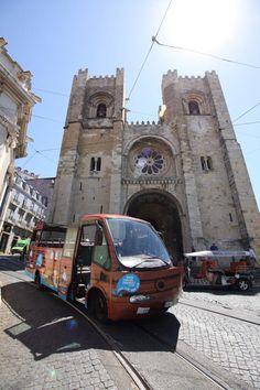 Uma caravela sobre rodas nas Sé - a Catedral de Lisboa! Num tour histórico guiado por vídeo continuamos o nosso percurso desde Alfama até Belém, num autocarros inspirado numa caravela dos Descobrimentos. Caravel on Wheels