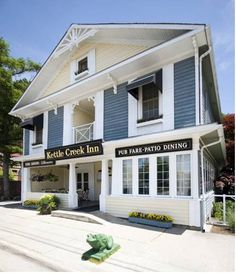 Kettle Creek Inn Port Stanley (Ontario) Just 3 minutes' drive from Kettle Creek Golf & Country Club, this guest accommodation features on-site dining. All rooms are equipped with a fridge.  Each elegant room at Kettle Creek Inn offers the convenience of cable TV and a DVD player.