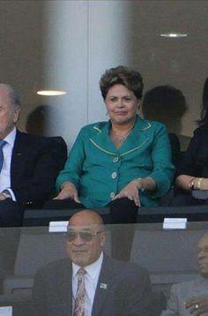 Dilma com narcotraficante em JOGO do BRASIL. Quem é o mau educado mesmo? - Disso Você Sabia ?
