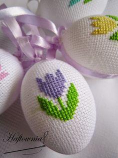 Haftownia : Jajeczka i pastelowe zajączki 123 Cross Stitch, Beaded Cross Stitch, Cross Stitch Embroidery, Cross Stitch Patterns, Crochet Baby Poncho, Easter Cross, Sewing Projects For Beginners, Cross Stitching, Weaving
