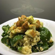 Salát z quinoy s medvědím česnekem (Quinoa salad with wild garlic)  Recept (na 2 porce):- 150g quinoy- velká hrst baby špenátu- hrst nakrájeného medvědího česneku- 100g balkánského sýra- lžíce olivového oleje- lžička másla s medvědím česnekem- kousek pečiva na krutony  Postup:Quinou uvaříme po přelití vroucí vodou v osolené vodě dle návodu (cca 15 min). Špěnát i medvědí česnek omyjeme. Medvědí česnek nakrájíme na kousky. Quinou smícháme se špenátem medvědím česnekem a na kostičky nakrájeným ... Potato Salad, Ale, Potatoes, Herbs, Meat, Chicken, Ethnic Recipes, Food, Ale Beer
