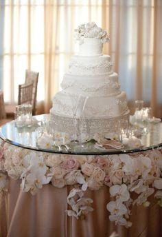 Selain bunga mawar, bunga anggrek juga cantik digunakan untuk dekorasi kue pernikahan.