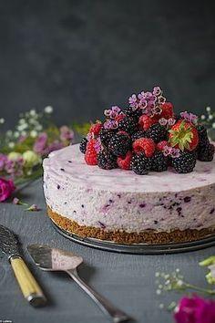 Blackberries and oven-free lemon cheesecake. Cheesecake without oven Sweet Desserts, No Bake Desserts, Sweet Recipes, Dessert Recipes, Mini Cheesecakes, Comida Diy, Rainbow Food, Lemon Cheesecake, Yummy Cakes