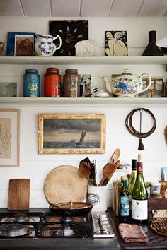 Charming+open+shelves+kitchen+with+bits+of+Parisian+chic+style