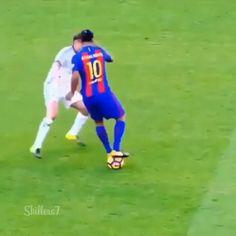 Ronaldinho Skills, Neymar Videos, Football Tricks, Football Gif, Football Match, Messi Football Video, Football Videos, Soccer Memes, Fc Barcelona