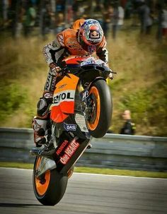 Casey Stoner on Honda Repsol. Ahhh Casey Stoner. Loved your riding style and love those wicked Hondas.
