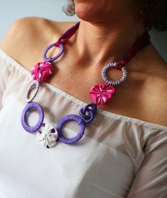 Collar textil con púrpura y Rosa círculos y yoyos collar por kokona, $27.00