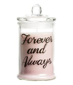 Large scented candle in a glass jar with a text print and lid. Diameter at the base 7.5 cm, height 12 cm. Burn time 35 hours.