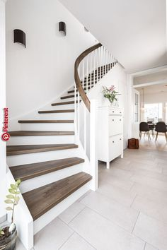 Wangentreppen – das Allroundtalent – Treppenbau Voß Stringed stairs – the all-round talent – staircase construction Voß Diy Casa, Diy Home Decor On A Budget, House Stairs, Construction, Staircase Design, Diy Home Improvement, Home Renovation, House Plans, Sweet Home