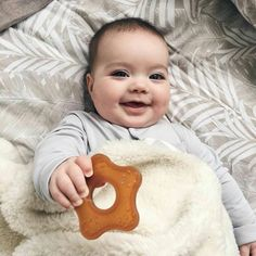 If you are searching for an alternative to conventional Teether toys made of plastic, Natursutten starfish teethers are made with 100% pure and natural rubber , and free from any  nasty materials. I think cutie Helen loves her teether 😍 Thank you  Pat @fabulosom for letting me share this adorable photo x  Remember 20% off until midnight tonight with code 'happyeaster'  nouvellebaba.com