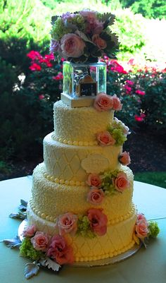 Beautiful cake with a unique topper! The groom made a mini-fish tank! Beautiful Cakes, Beautiful Flowers, Unique Fish Tanks, Unique Cakes, Mini Cakes, Cakes And More, Cake Recipes, Wedding Cakes, Groom