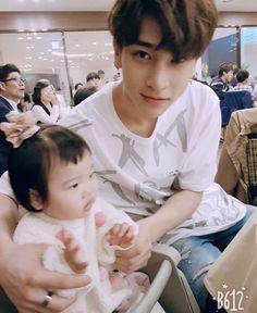 hangyul: yang anak kita rewel nih😖 w : 😳 Cute Boys, My Boys, Flower Boys, Ulzzang Boy, Kpop Boy, Boyfriend Material, Korean Boy Bands, K Idols, Future Husband
