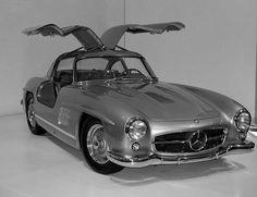 La Mercedes 300 SL a permis à la marque à l'étoile de s'installer définitivement aux USA. Découvrez vite cette ambassadrice de charme ! http://blog.dekra-norisko.fr/mercedes-300-sl-voiture-papillon/