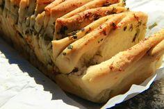 V kuchyni vždy otevřeno ...: Trhací bylinkovo - česnekový chléb ( podle Ivy Trhoňové z Pekárnománie )