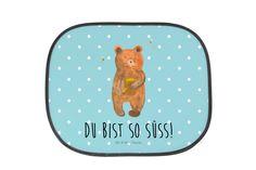 """Auto Sonnenschutz Honigbär aus Kunstfaser  Natur - Das Original von Mr. & Mrs. Panda.  Der einzigartige Sonnenschutz von Mr. & Mrs. Panda ist wirklich etwas ganz Besonderes - er hat die Größe 38x44 cm und wird mit zwei Saugnäpfen ausgeliefert. Im Lieferumfang ist ein Sonnenschutz inkl. 2 Saugnäpfen enthalten.    Über unser Motiv Honigbär  Unser süßer Bär ist aus der """"Beary Times"""" - Kollektion.    Verwendete Materialien  Die verwendete sehr hochwertige Kunstfaser ist langlebig…"""