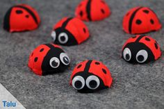 Ladybugs tinker with children – instructions with template - Paige's DIY projects Diy Silvester, Door Crafts, Holiday Club, Wooden Walking Sticks, Textiles, Pom Poms, Cars For Sale, Ladybug, Art For Kids