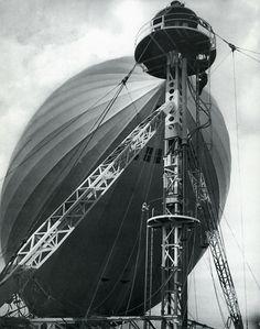 Luftschiff am Ankermast auf dem Frankfurter Flughafen, 1936-1937