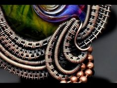 Quick Tips Wire Weaving, SHAPING CURVES Excellent suggestions for making curves and circles from woven wire pairs. Not a project tutorial. Wire Tutorials, Jewelry Making Tutorials, Wire Jewelry Making, Wire Wrapped Jewelry, Wire Weaving Tutorial, Bijoux Fil Aluminium, Wire Crafts, Viking Knit, Wire Art