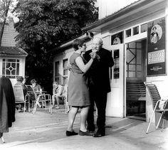 Viele Ost-Berliner erholen sich daher im Umland Berlins. (Gaststätte am Dagowsee, Dagow, 1969)