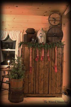 Primitive Christmas Decorating, Primitive Country Christmas, Country Christmas Decorations, Christmas Room, Prim Christmas, Vintage Christmas, Christmas Ideas, Primitive Homes, Primitive Decor