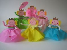 paper princesses...instructions in dutch.  Could make knights & princes dolls out of toilet paper rolls?