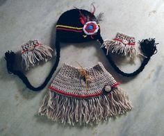 Kit india confeccionado em croche  composição : gorro, saia, polainas  detalhes…